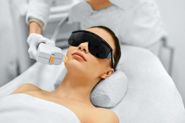 Фотоомоложение лица: эффективный метод борьбы со старением кожи