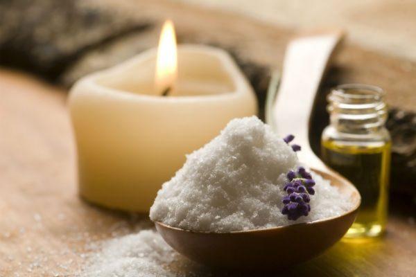 Касторовое масло — отличное средство для крепких ногтей и ухоженной кутикулы