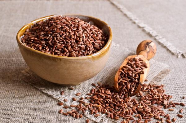 Почему бурый рис предпочтительнее белого для похудения: особенности его приготовления и употребления