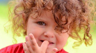 Почему ребенок грызет ногти?