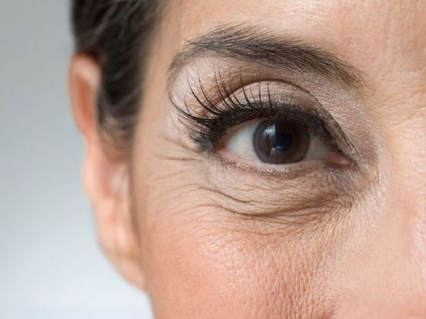 Устраняем морщины вокруг глаз с помощью домашних косметических масок