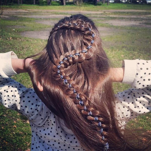 Коса — девичья краса: как заплести её из четырёх прядей