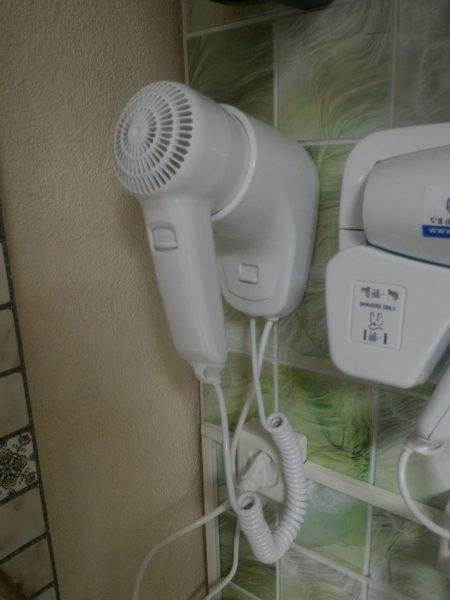 Настенные фены для сушки волос: подходит ли такое устройство для дома